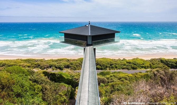 Una casa sospesa sul mare