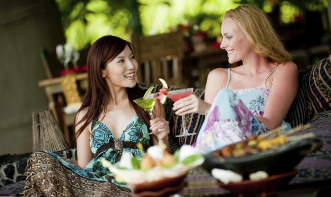 amiche donne drink operative cena festa vacanza