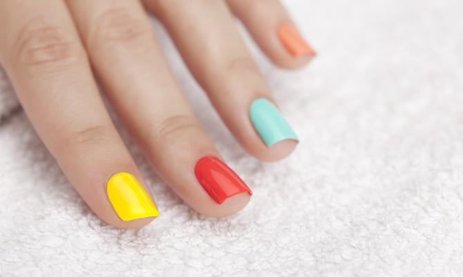 unghie con smalti colorati