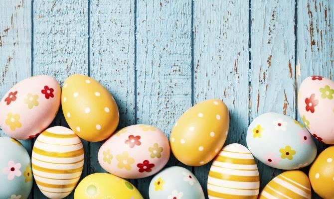 Pasqua, uova, tavolo