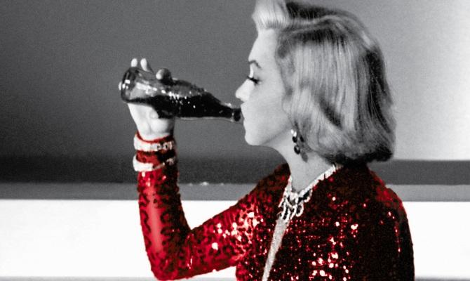 La bottiglia Coca-Cola compie 100 anni
