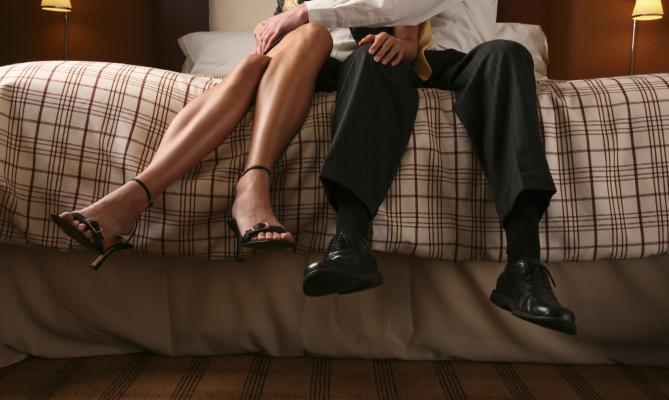 gambe di uomo e donna su letto