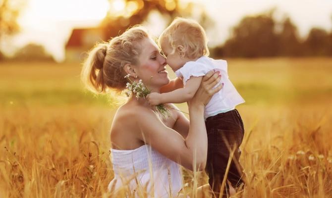 mamma, bimbo, campo, abbraccio