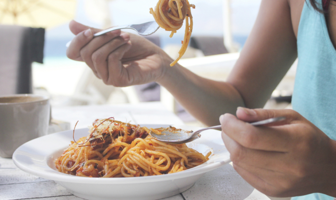 Donna mangia pasta