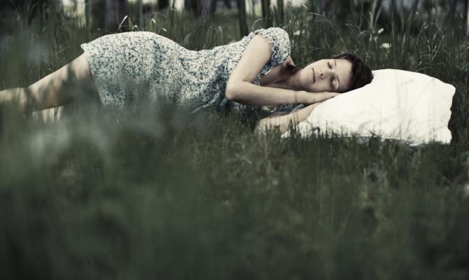 ragazza dorme su prato