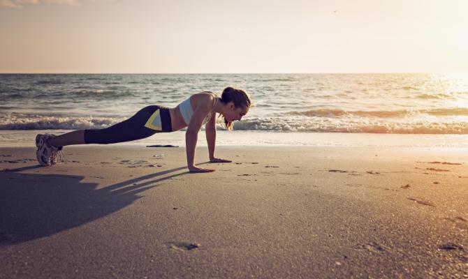 Una donna sul tetto del fitness