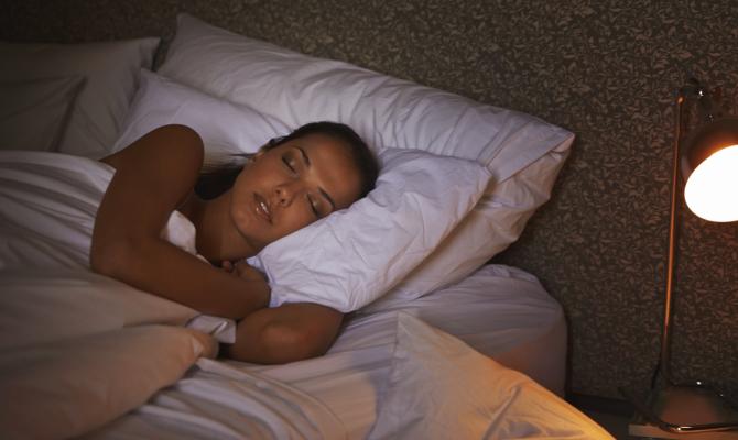 ragazza dorme a letto