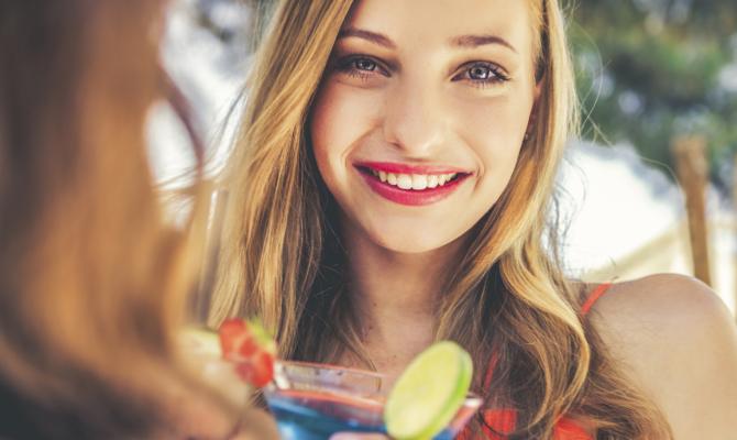 Ragazza sorridente con drink