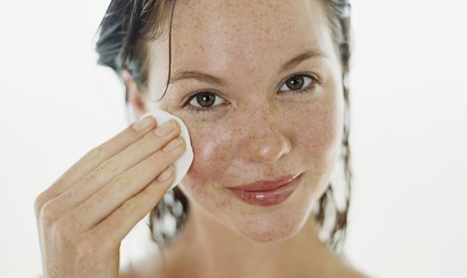 Pulizia del viso da professioniste con i beauty-device