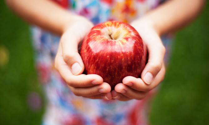 Porgere una mela