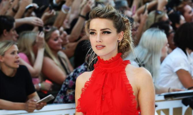 Amber Heard, red carpet da neo-sposa a Venezia