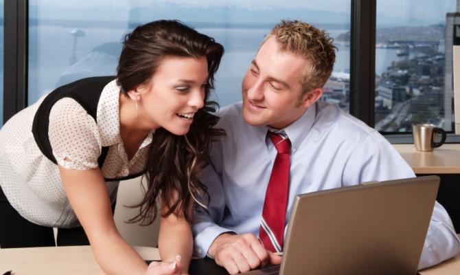 uomo e donna a lavoro in ufficio