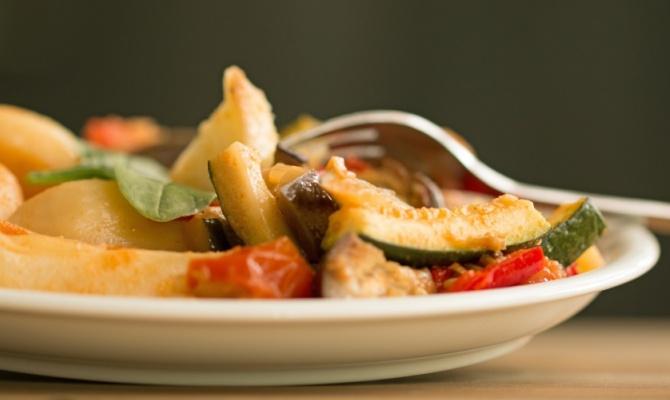 Spaghetti con caponata di verdure e alici
