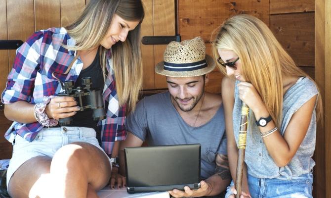 ragazzi, pc, tablet, viaggio, amici