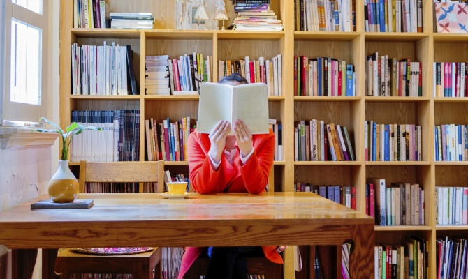 leggere, donna, libri, biblioteca