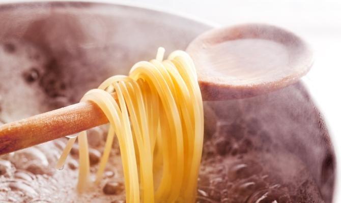 spaghetti in cottura nell'acqua bollente