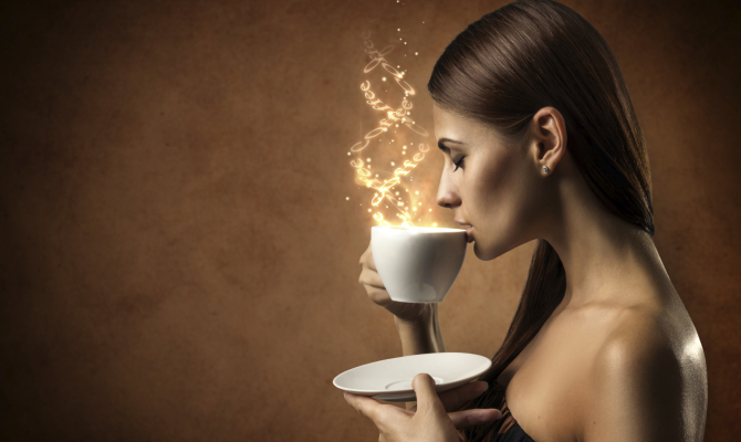 ragazza beve una tazza di caffè