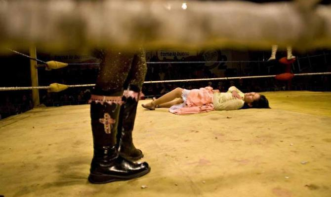 Sul ring con le cholitas, wrestler al femminile