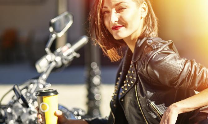 ragazza su una moto