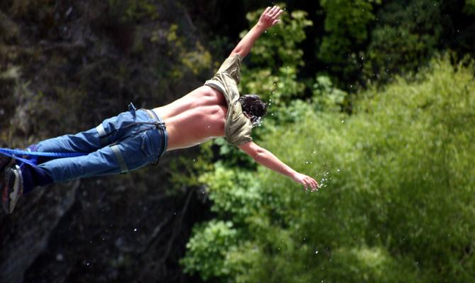 sport estremo, lancio nel vuoto con elastico attaccato alla caviglia