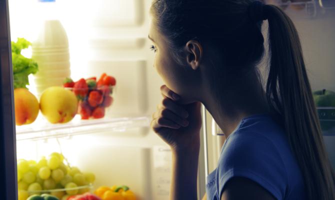 Guardare in frigorifero