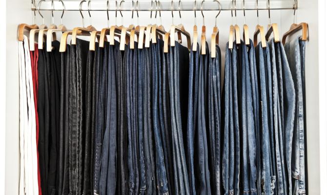 vari tipi di jeans appesi