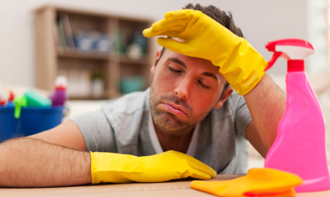 pulizie di casa fatte da un uomo