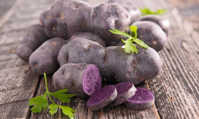 Patate viola, colore a tavola