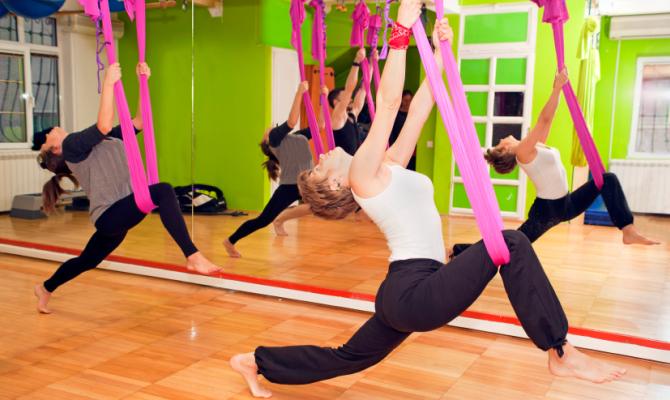 Red Velvet: Madonna lancia lo yoga in sospensione