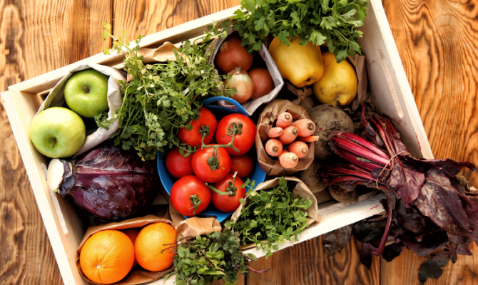Cesta di verdura e frutta, cibo biologico