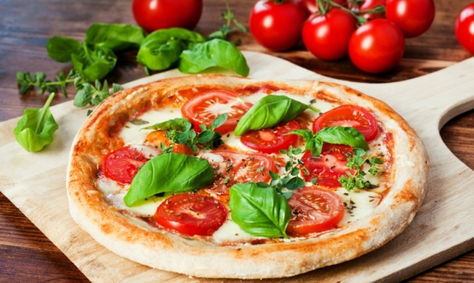 pizza con pomodori freschi