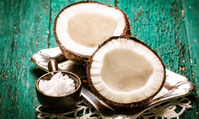 Olio di cocco per una pelle di seta
