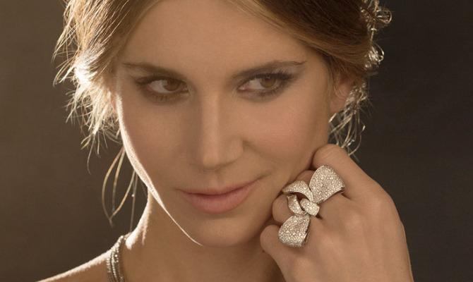 Nicoletta Romanoff indossa i gioielli della collezione Fiocco