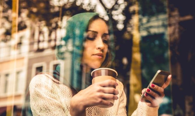 Donna, smartphone, caffè
