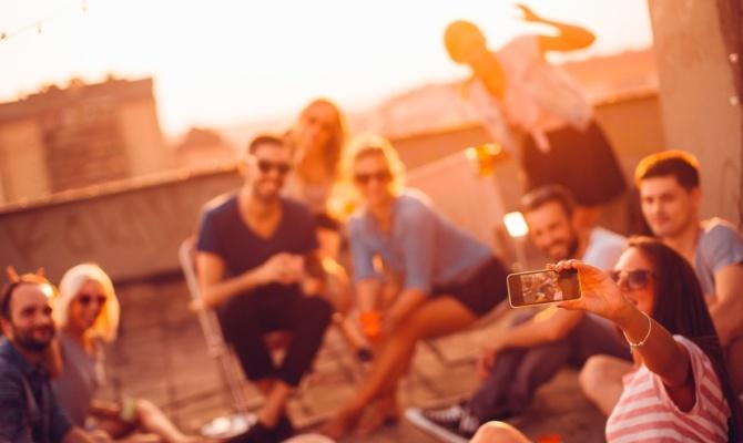Amici, selfie, gruppo, divertimento