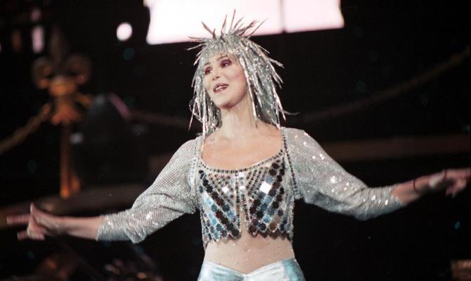 Cher in uno degli stravaganti costumi delle sue esibizioni