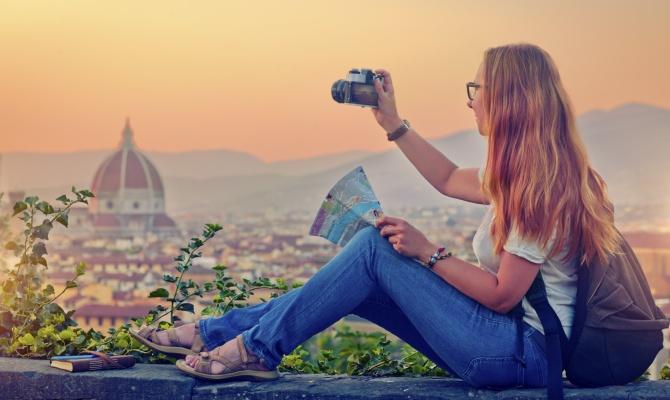 Una turista in visita in Italia