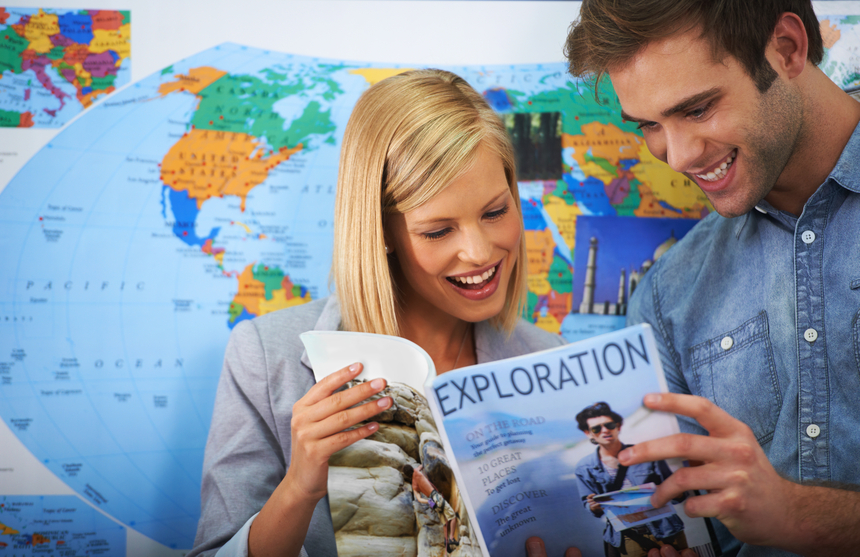 Giovani che decidono la destinazione della vacanza
