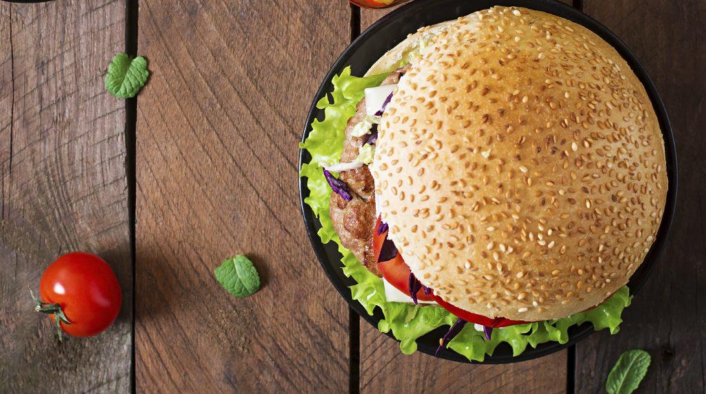 Hamburger sul piatto in legno