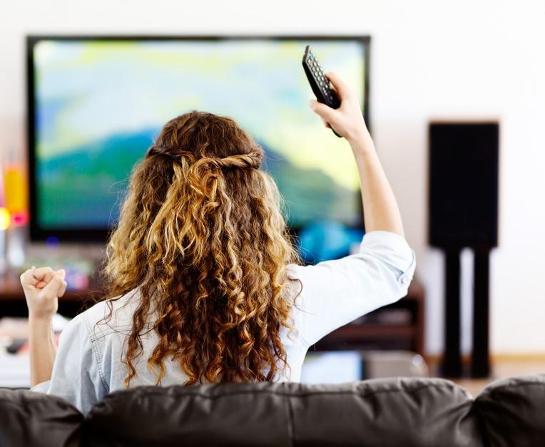 Donna davanti alla tv