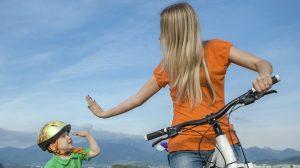 Madre e figlio in bici