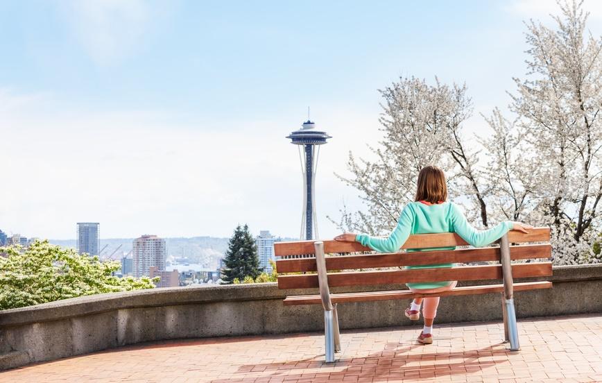 Donna sola su panchina
