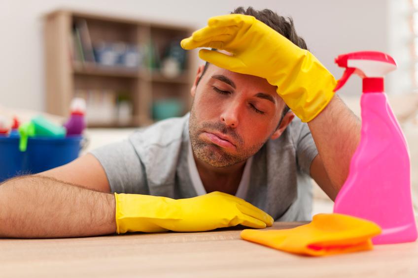 Uomo stanco di pulire