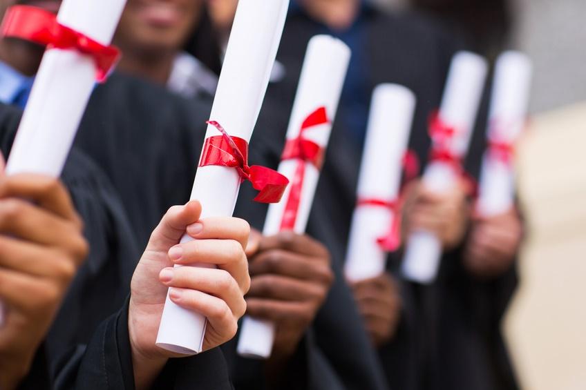 Gruppo di laureati con diploma