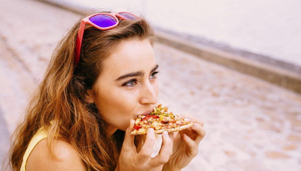 Ragazza mangia pizza