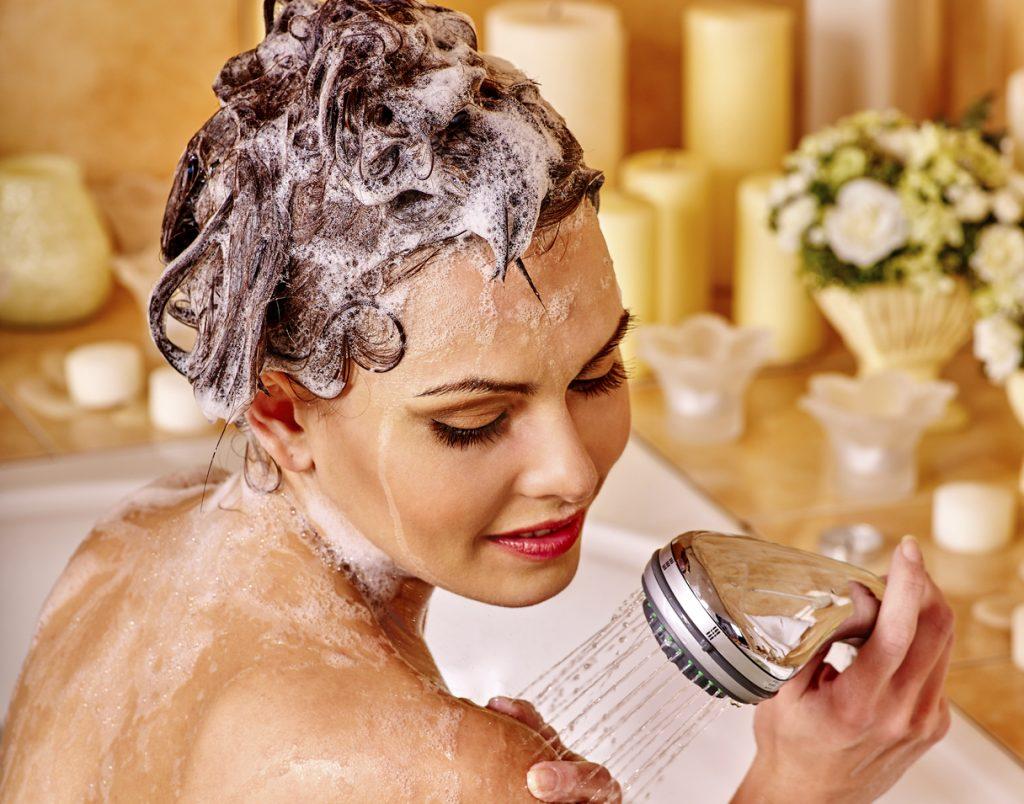 Donna si fa il bagno