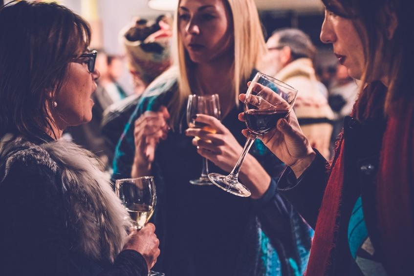 Donne che bevono in un pub