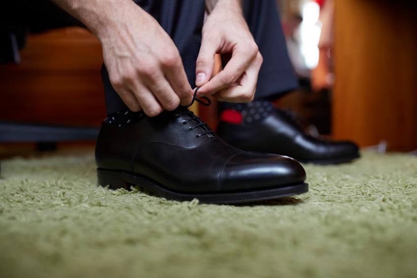 Allacciare scarpe eleganti