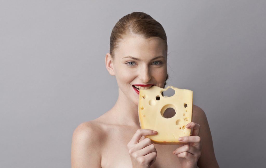 Donna mangia formaggio