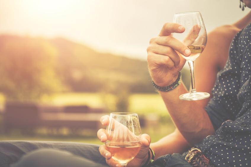 Un bicchiere di vino insieme riscalda l'amore